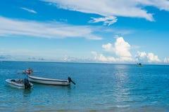 毛里求斯海滩、日落和游艇 免版税库存照片