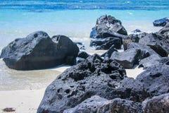 毛里求斯海滩,海岸线的火山的黑岩山 免版税库存图片