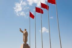 毛主席与红旗的石头雕象 免版税库存图片