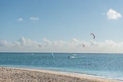绢毛猴,毛里求斯- 2015年11月29日:与风筝冲浪者的海滩和印度洋在毛里求斯 免版税图库摄影