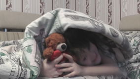 从毯子下面的女孩出去了和与玩具熊的戏剧 股票视频
