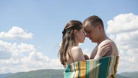 毯子报道的年轻美好的赤裸夫妇软软地embrasing 真实的幸福的概念 库存照片