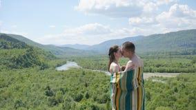 毯子报道的年轻诱人的赤裸夫妇肉欲的亲吻  晴朗日的夏天 免版税库存图片
