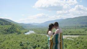 毯子报道的年轻诱人的赤裸夫妇软软地embrasing 真实的幸福的概念 库存图片