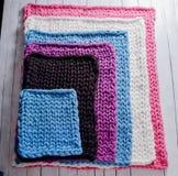 毯子由厚实的毛线制成 免版税库存照片