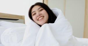 毯子的亚裔妇女,她笑和微笑 股票视频