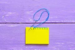 毯边锁缝针迹 如何做毯边锁缝针迹 缝合的项目毛毡 木背景 顶视图 特写镜头 免版税库存照片