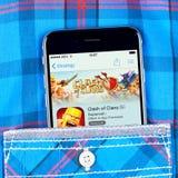 氏族比赛app IPhone 6显示的碰撞  免版税图库摄影
