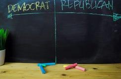 民主党或共和党人写与颜色白垩概念在黑板 库存图片