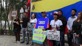 民主支持者涌入街道为和平和薪水进贡祈祷到到在抗议期间被杀害的Neomar著陆器 股票录像