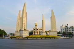 民主的纪念碑在Thanon Rachadamnoen大道在一个多云晚上,曼谷的 库存图片