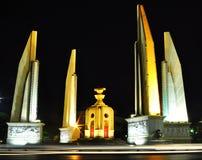 民主纪念碑在晚上在曼谷 免版税库存图片