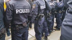 民兵身分行,维护公共安全和秩序的警察 股票视频