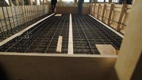 民工是站立和走在加强笼子水泥板在一个建造场所在工作日 股票录像
