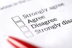 民意调查、勘测和查询表概念 与纸和笔的填装的多个choise问题形式 免版税图库摄影