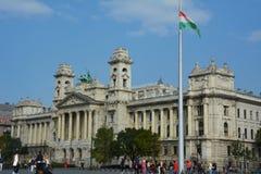 民族志学博物馆在有匈牙利的旗子的布达佩斯 免版税库存图片