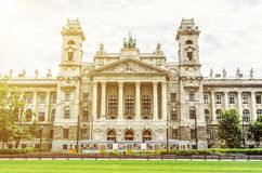 民族志学博物馆大厦和老电车轨道有太阳的发出光线, Buda 免版税库存图片