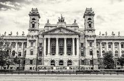 民族志学博物馆大厦和老电车轨道,布达佩斯, colorles 免版税库存照片