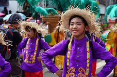 民族服装的一位男性狂欢节舞蹈家沿路跳舞 免版税库存照片