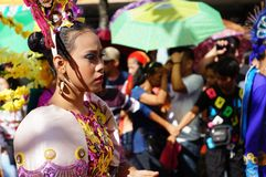 民族服装的女性狂欢节舞蹈家做鬼脸在太阳热下 图库摄影