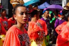 民族服装的女性狂欢节舞蹈家做鬼脸在热的太阳下 免版税库存照片