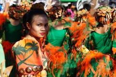 民族服装的女性狂欢节舞蹈家凝视照相机 免版税库存照片
