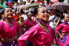 民族服装的女性狂欢节舞蹈家在沿路的欢欣跳舞 库存照片