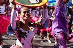 民族服装的女性狂欢节舞蹈家在沿路的欢欣跳舞 免版税库存照片