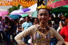 民族服装的女性狂欢节舞蹈家在沿路的欢欣跳舞 免版税库存图片