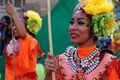 民族服装的女性狂欢节舞蹈家在沿路的欢欣跳舞 库存图片