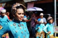 民族服装的女性狂欢节舞蹈家在沿路的欢欣跳舞 图库摄影
