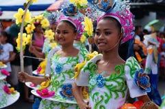 民族服装的女性狂欢节舞蹈家在沿路的欢欣跳舞 免版税图库摄影