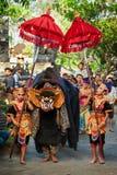 民族服装的舞蹈家有巴厘语高昂的情绪的Barong 免版税库存照片