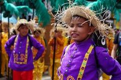 民族服装的Boycarnival舞蹈家在沿路的欢欣跳舞 库存照片
