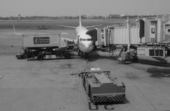 民用飞机在机场在海防市,越南 免版税库存图片