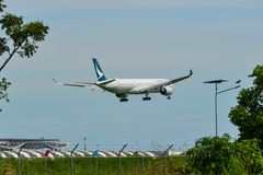民用飞机着陆在Suvarbhunami机场 免版税库存图片