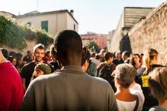 移民的年轻非洲难民在罗马前进 免版税库存照片