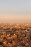 贫民窟屋顶在开罗显示垃圾的埃及 免版税库存照片