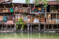 贫民窟棚子在中央曼谷 库存照片
