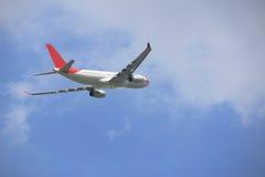 民航飞机的边在蓝天的 免版税图库摄影