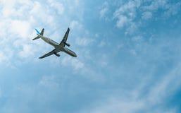 民航 客机在有美丽的天空蔚蓝和白色云彩的机场起飞 留下飞行 起始时间 库存照片