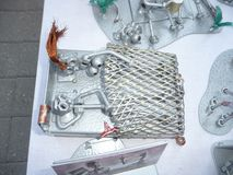 民间艺术的陈列 城市天斯塔夫罗波尔 金属零件雕塑  手工 恋人在床上 免版税库存图片