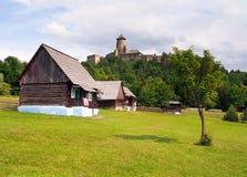 民间房子和城堡在Stara Lubovna 免版税库存图片