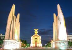 民主纪念碑在晚上 库存照片