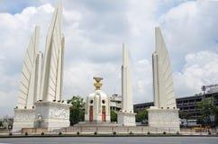 民主纪念碑是一座公开纪念碑在曼谷,泰国的首都的中心 图库摄影