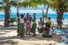 民间音乐家和舞蹈家在渔村 图库摄影