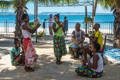 民间音乐家和舞蹈家在渔村 库存照片