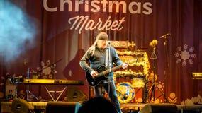 民间音乐家Vasile唱歌在圣诞节市场上的Seicaru任意共同安排街市布加勒斯特 免版税库存图片