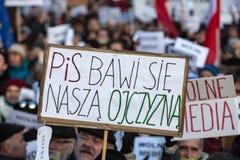 民主KOD和民主的防御的委员会的示范自由媒介/wolne媒介的对PIS g 库存照片