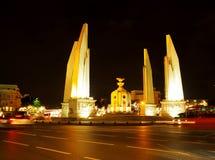 民主RATCHA DAMNOEN路纪念碑中部  库存图片